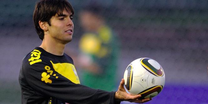 Le Brésilien Kaka tient à la main le ballon officiel du Mondial.