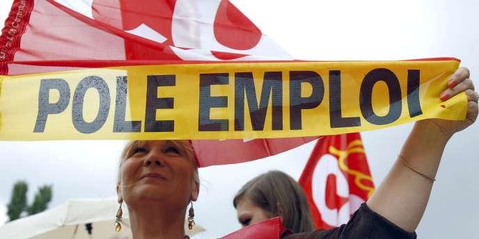 Une agente du Pôle emploi participe, le 8 juin à Paris, à une grève à l'appel de quatre syndicats en colère contre les conditions de travail.