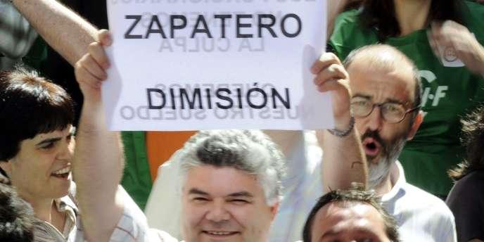 Les manifestants témoignent de l'exaspération des Espagnols face au premier ministre Jose Luis Zapatero.