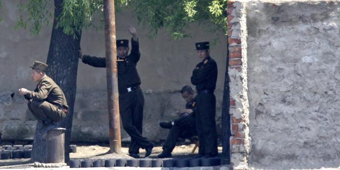 Des soldats nord-coréens vus de la ville-frontière de Dandong, en Chine.