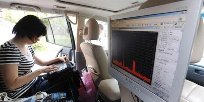Une unité spéciale de la police chinoise surveille le trafic radio à proximité d'un centre d'examen du Gaokao, le baccalauréat chinois, en 2009.