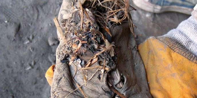 La chaussure est faite d'une seule pièce de cuir, maintenue attachée par un lacet passé dans des œillets.