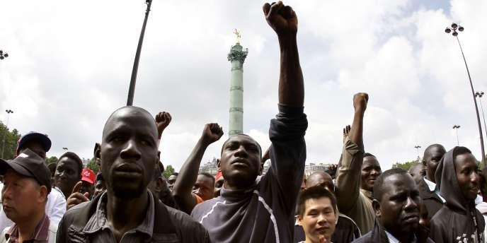 Des travailleurs sans-papiers manifestent place de la Bastille,  le 6 juin.
