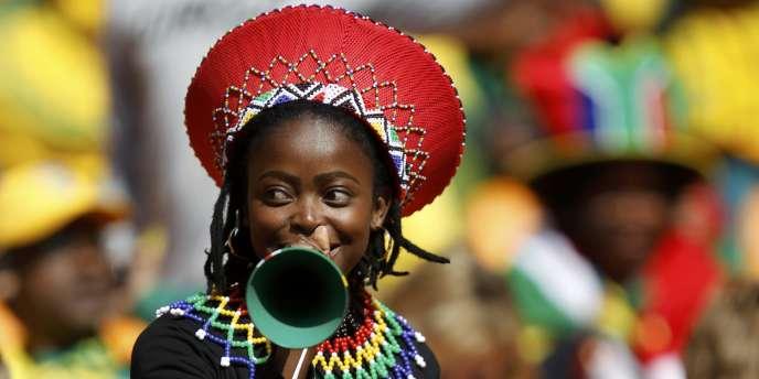 Une joueuse de vuvuzela.
