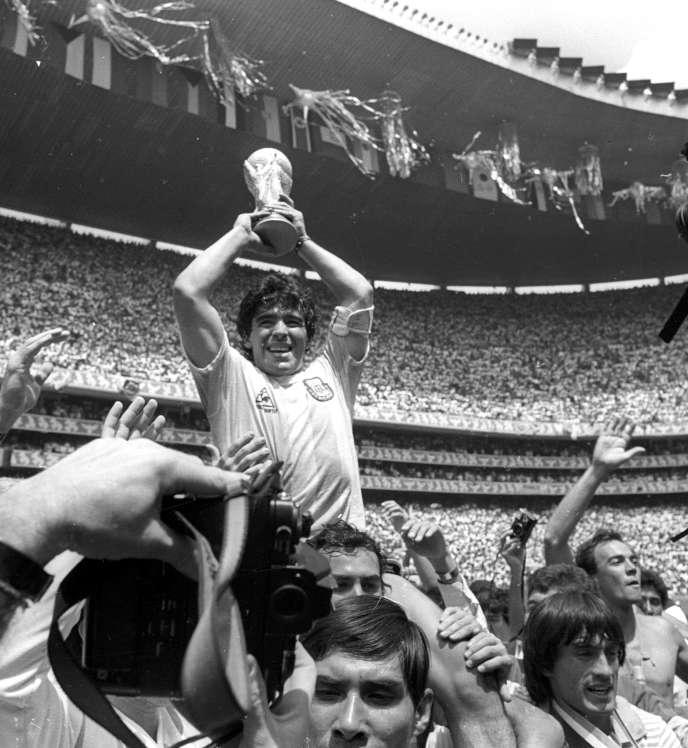 Diego Maradona soulève la Coupe du monde, le 29 juin 1986 à Mexico.
