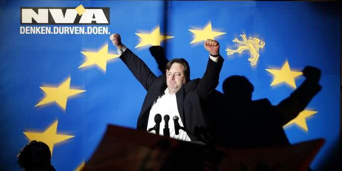 Bart de Wever, le président du NVA, célèbre sa victoire devant les militants de son parti, dimanche soir.