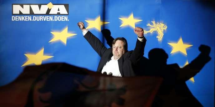 Bart De Wever, le chef de file de la Nouvelle alliance flamande, a tenu à célébrer sa victoire sur fond de drapeau européen, reléguant le lion flamand à une simple étoile sur le drapeau.