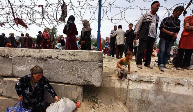 Près de 100 000 Kirghizes appartenant à la minorité ouzbèke ont rejoint l'Ouzbékistan pour fuir les combats.