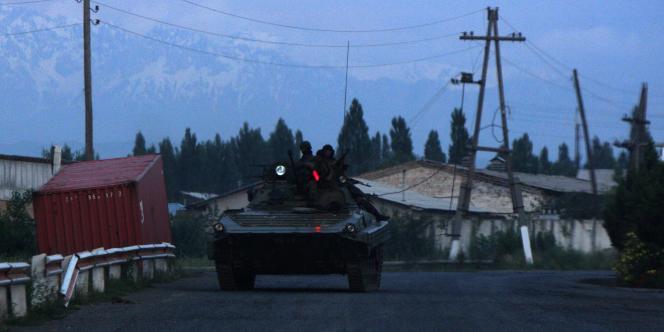 Depuis une semaine, les violences entre les Kirghizes et la minorité ouzbèke ont fait au moins 192 morts et plus de 2 000 blessés, selon un bilan officiel.