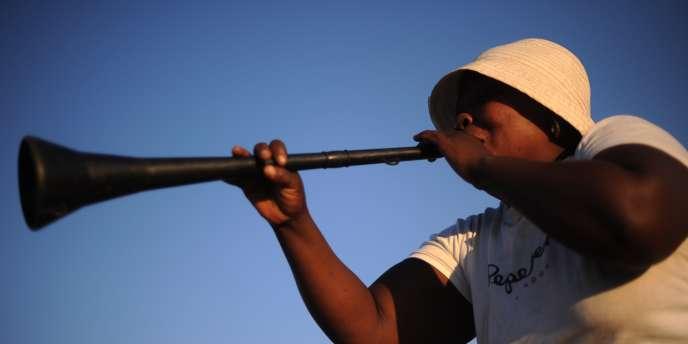 Une femme joue du vuvuzela à Polokwane, le 13 juin.