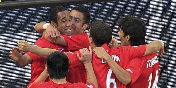L'équipe chilienne félicite Jean Beausejour après son but décisif contre le Honduras, le 16 juin 2010, pendant la Coupe du monde en Afrique du Sud.