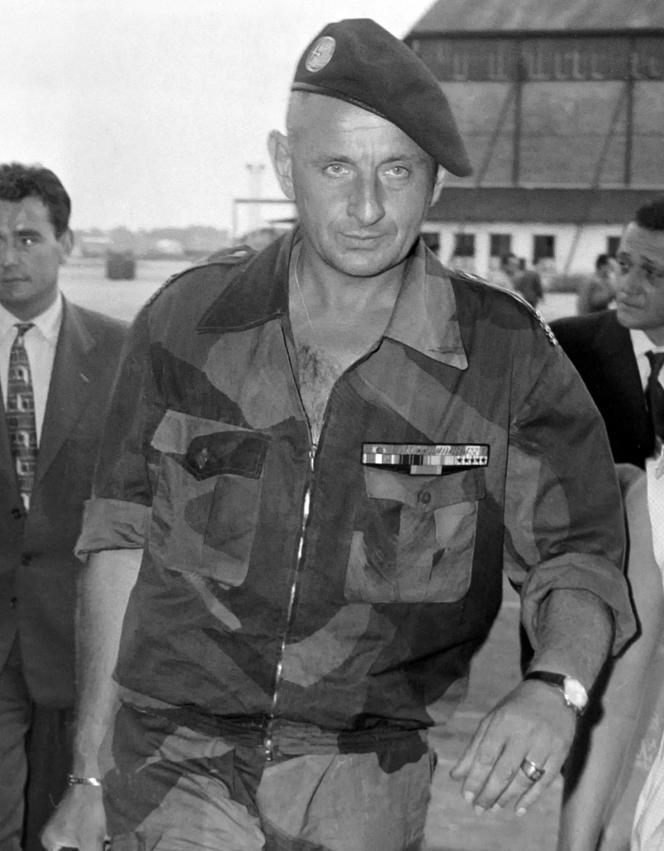 Il sera accusé d'avoir pratiqué la torture pendant la guerre d'Algérie, accusations qu'il a toujours démenties. Ici en août 1958.