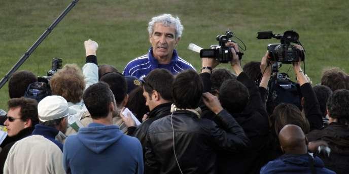 Raymond Domenech lit un message de ses joueurs à la presse le 20 juin.