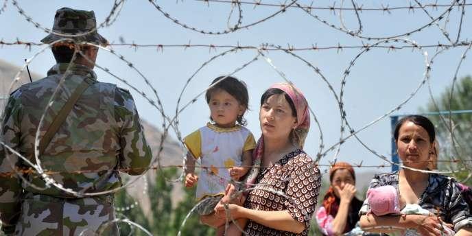 Des réfugiées ouzbeks à la frontière entre le Kirghizistan et l'Ouzbékistan, le 20 juin.
