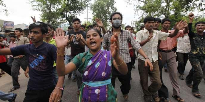 De violents mouvements de protestation mobilisant des dizaines de milliers d'ouvriers du textile du Bangladesh ont entraîné mardi la fermeture de 700 usines qui fournissent les plus grandes enseignes occidentales de l'habillement.