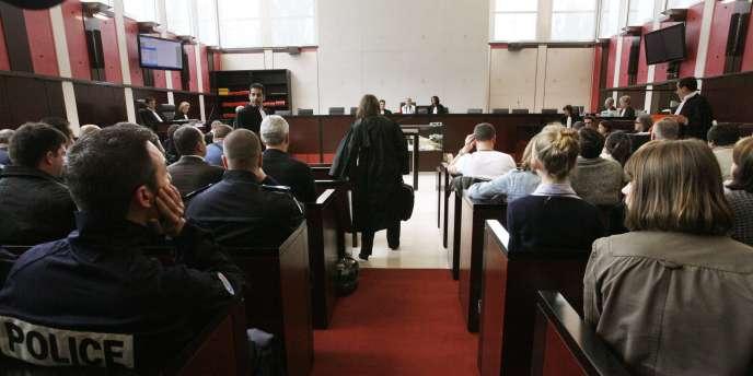 Le procès de cinq jeunes, accusés d'avoir tiré sur des policiers à Villiers-le-Bel en novembre 2007 lors d'émeutes consécutives à la mort de deux adolescents, s'est ouvert lundi 21 juin dans une ambiance tendue.