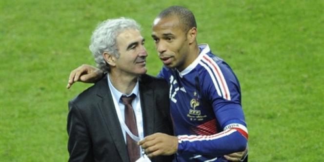 Raymond Domenech et Thierry Henry après l'épisode de la main face à l'Irlande, le 18 novembre 2009, au Stade de France, en match de barrage retour du Mondial 2010.