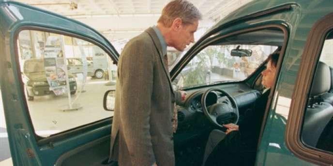 Un vendeur présentant un véhicule à une acheteuse potentielle