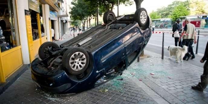 Une voiture retournée près du stade Charléty, à Paris, après les violences qui ont suivi la défaite de l'Algérie contre les Etats-Unis.