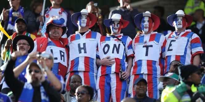 Des supporteurs de l'équipe de France dans les tribunes du Free State Stadium de Bloemfontein expriment leur mécontentement.