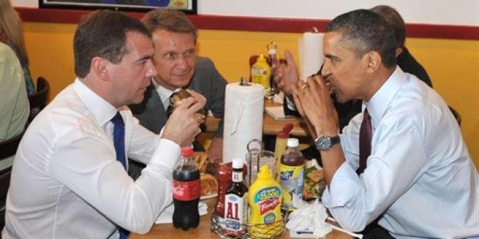 Dmitri Medvedev et Barack Obama partageant des hamburgers au restaurant, lors de la visite du président russe à Washington le 24 juin.
