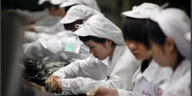 Des ouvriers de l'usine du fabricant taïwanais Foxconn à Shenzhen, où a eu lieu une série de suicides au printemps 2010.