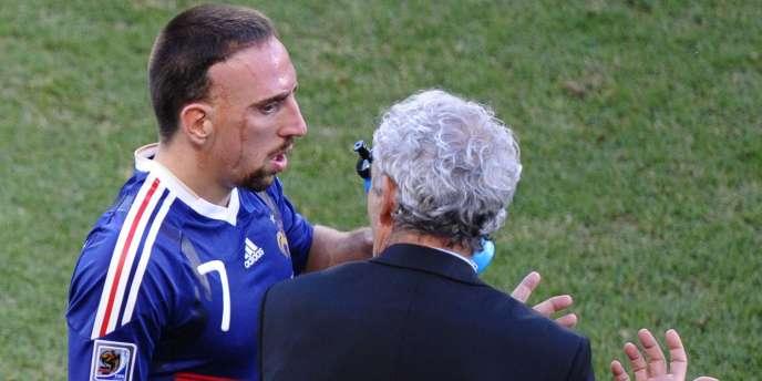 Franck Ribéry et Raymond Domenech figurent au premier rang des accusés de la catastrophe du Mondial 2010.