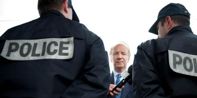 Le ministre de l'intérieur Brice Hortefeux s'entretient avec des policiers, lors d'une visite dans l'Oise consacrée à la sécurité dans les transports en commun, le 31 mars 2010.