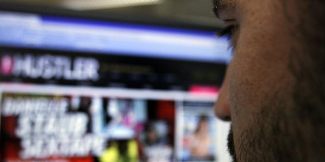 Un internaute consulte un site pour adultes.