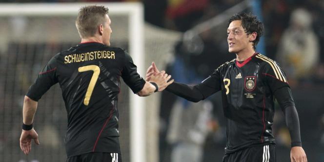 Mesut Ozil (à droite), né en Allemagne de parents turcs, a choisi de jouer pour la Mannschaft.