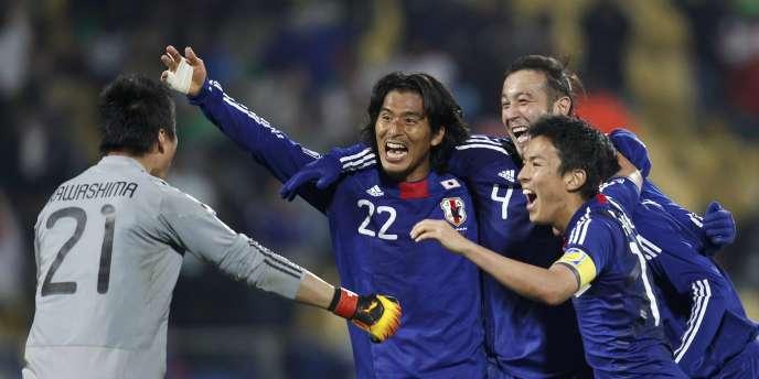 Les joueurs japonais après leur victoire face au Danemark dans le dernier match groupe E