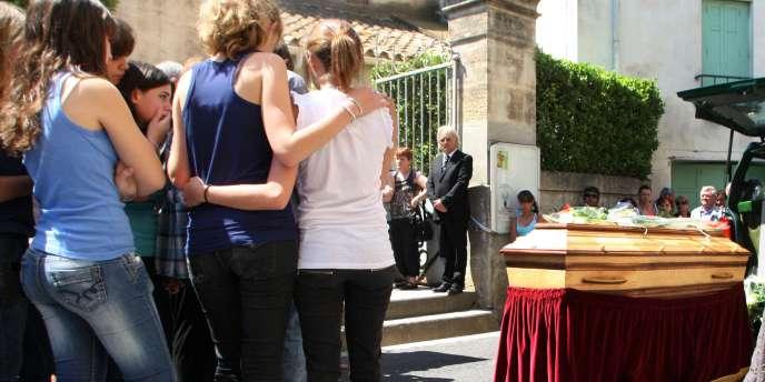 Des collégiens sont rassemblés près du cercueil de Chloé, 15 ans, qui a succombé après avoir attenté à ses jours, lors des obsèques de l'adolescente à Fleury d'Aude, le 26 Juin 2010.
