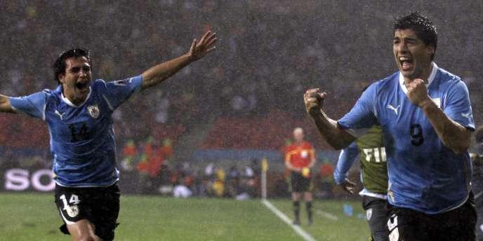Grâce à deux buts de Luis Suarez, les Uruguayens atteignent les quarts de finale de la Coupe du monde pour la première fois depuis 1970.