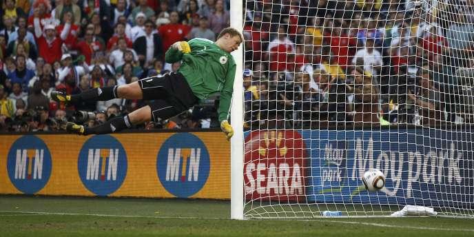 Angleterre-Allemagne, le 27 juin dernier en huitièmes de finale de la Coupe du monde. Le ballon avait bien franchi la ligne de but allemande mais le but a été refusé.