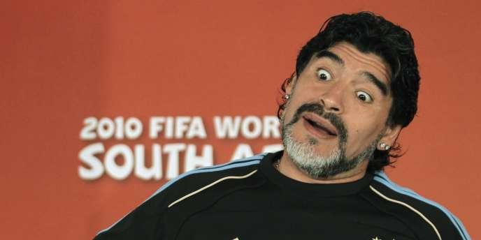Diego Maradona, le 26 juin 2010 à Pretoria, avec la sélection argentine.