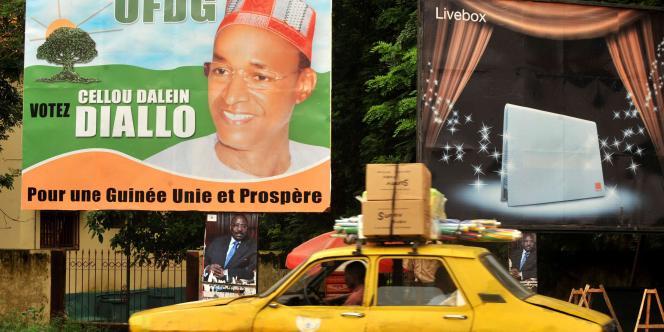 Une affiche du candidat Cellou Dalein Diallo, dans une rue de Conakry en juin 2010.