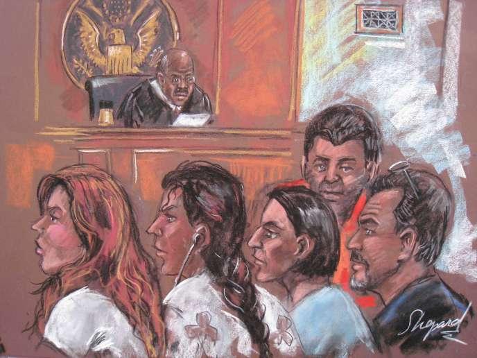 Le juge James Cott n'a pas encore inculpé formellement Cynthia et Richard Murphy, Juan Lazaro, Vicky Pelaez et Anna Chapman, mais a refusé de les remettre en liberté, arguant du