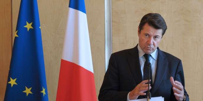Le ministre de l'industrie, Christian Estrosi, tient une conférence de presse, le 29 juin 2010 à Paris.