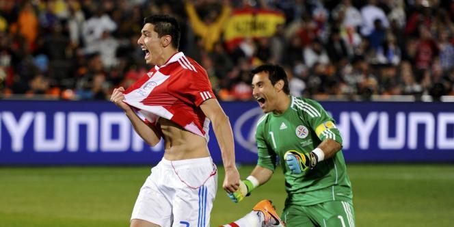 Oscar Cardozo, félicité par son gardien après son tir au but victorieux contre le Japon, mardi 29 juin.