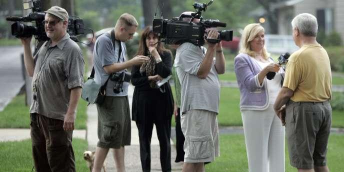 Les médias se pressent devant la maison de Richard et Cynthia Murphy, à Montclair, le 28 juin 2010.