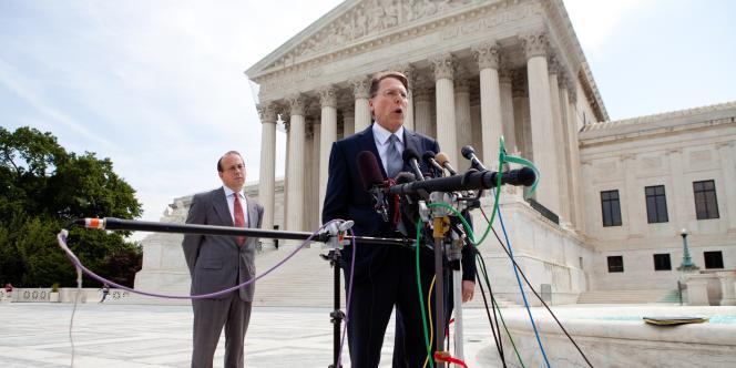Wayne LaPierre, vice président de la NRA, devant la Cour suprême, en 2010.