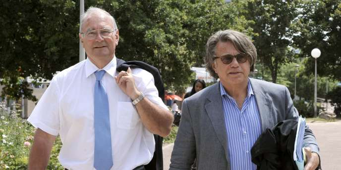 L'ex-préfet Paul Girot de Langlade (à gauche) et son avocat, Gilbert Collard, arrivent au tribunal correctionnel de Créteil mardi 29 juin.