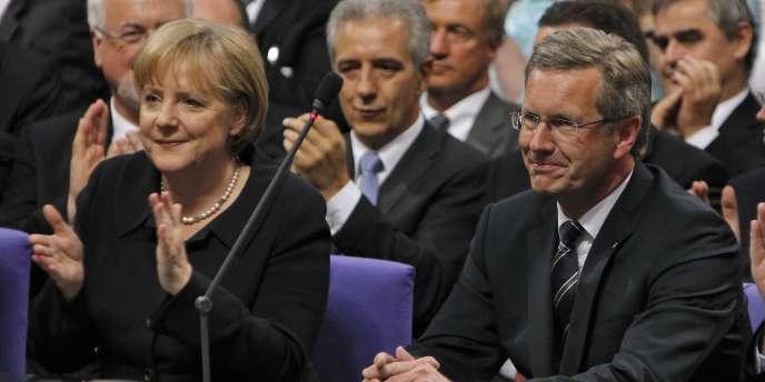 La chancelière Angela Merkel et le nouveau président de l'Allemagne Christian Wulff (une fonction honorifique), difficilement élu au Bundestag le 30 juin 2010.