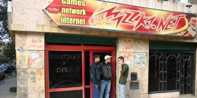 Des jeunes Egyptiens devant un cybercafé au Caire en janvier 2008.