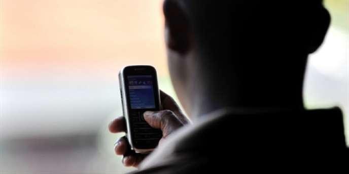 Un homme utilise son téléphone à Colombo, au Sri Lanka.