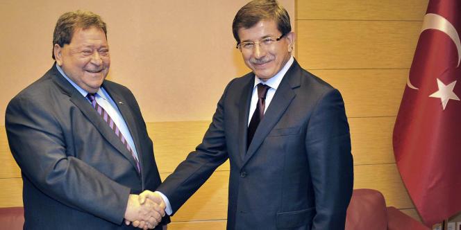 Le ministre turc des affaires étrangères, Ahmet Davutoglu (à droite), avec le ministre israélien du commerce, Benyamin Ben Eliezer, en novembre 2009 à Ankara.