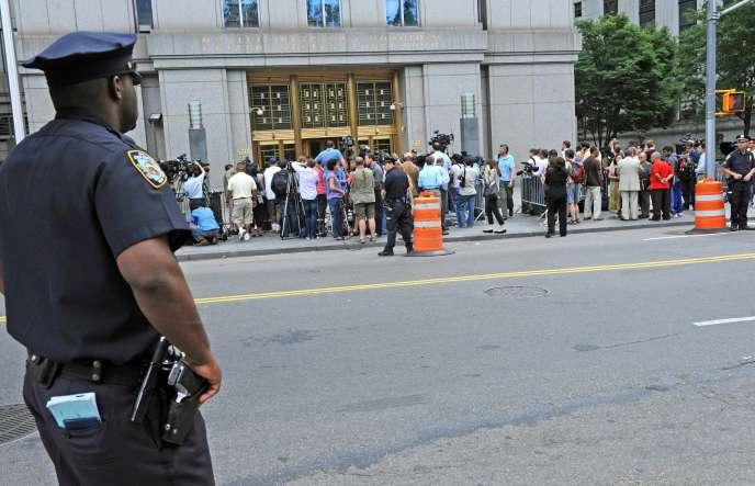 La foule devant un tribunal fédéral de New York, lors de l'audition concernant les demandes de libération sous caution de Vicky Pelaez, Richard Murphy, Cynthia Murphy, et Juan Lazaro.