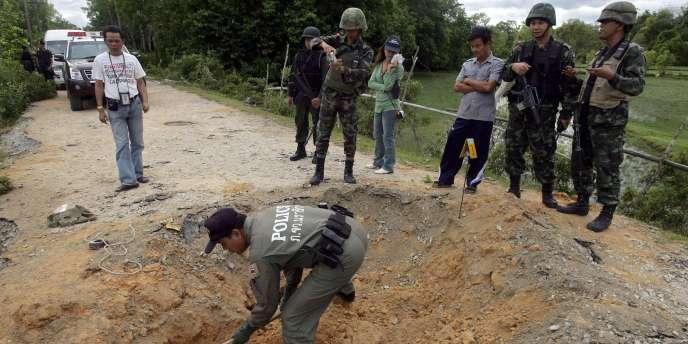 L'engin, constitué d'environ vingt kilos d'explosifs et dissimulé en bordure de route, a explosé jeudi soir au passage d'un véhicule militaire.