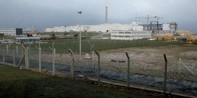 Vue générale de la centrale de retraitement des déchets nucléaire de La Hague, prise en avril 1979.