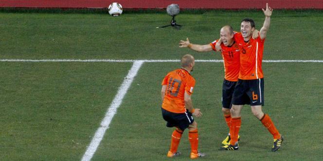 Sneijder, Robben et Van Bommel exultent, ils ont sorti le Brésil du Mondial 2010.